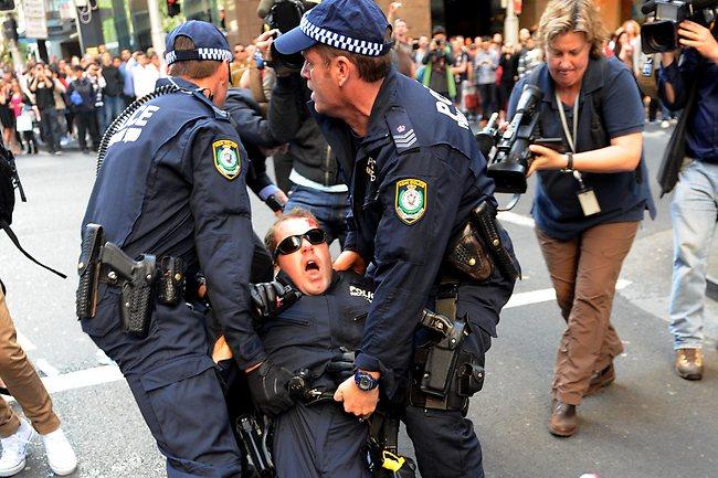 警察殴打后倒