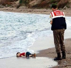 BOTH SIDES OF THE REFUGEE CRISIS IN EUROPE Drowned-boy-300x286